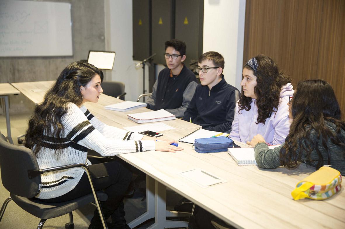 AGÜ'den Lise Öğrencilerine Sosyal ve Kültürel Katkı...